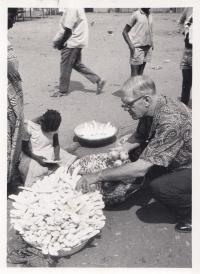 Vladimír Zikmund na tržišti v Somálsku