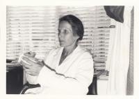 Věra Zikmundová v laboratoři
