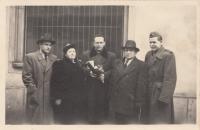 Promoce Vladimíra Zikmunda. Zleva: bratr Jiří Zikmund, matka Barbora Zikmundová, otec Jan Zikmund, bratr Josef Zikmund.