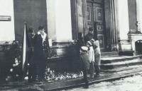 Tryzna za Jana Palacha, Jan Skrbek s vlajkou vlevo, 1969