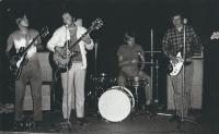 Kapela Academia, Jan Skrbek s basovou kytarou vpravo, 1971