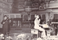 Ján Berky as a child, playing the violin in a concert hall.