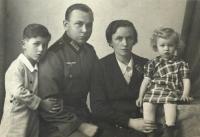 Roman Frait, nevlastní otec Bruno Frait, matka Marie a sestra Mariana, Brno 1942