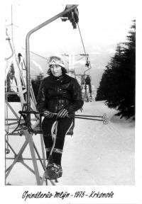 Olga Charvátová na lanovce ve Špindlerově Mlýně, 1975