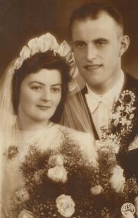 Svatební fotografie rodičů Jiřího Prokopa, Marie a Bohuslava Prokopových, brali se za Protektorátu v roce 1943