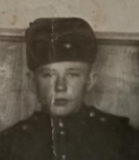 Jefstavij Oleksijovyč Adamčuk v sovětské armádě (uprostřed), rok 1956