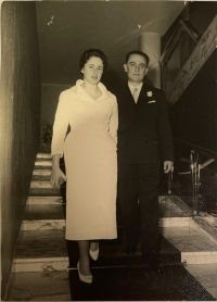 Trudy Bandler Scaramuzzi a Gaetano Scaramuzzi, svatební fotografie před chrámem sv. Petra v Římě, 1957