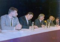 Ludvík Rösch na fotografii z volební kampaně v roce 1990 spolu se Zdeňkem Proskem (náměstek primátora), Zdeňkem Mračkem (primátor), Jaroslavem Jurečkou (poslanec FS) a Jiřím Holendou (rektor budoucí ZČU)