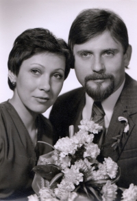 Svatební fotografie novomanželů Anny a Ludvíka Röschových z 5. prosince 1981
