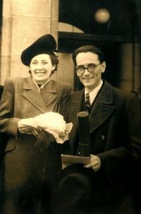 Tatínek a maminka Anny Röschové u příležitosti tatínkovy promoce v únoru 1946
