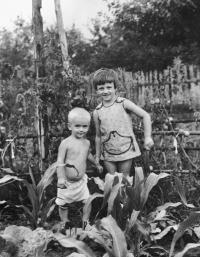 S mladší sestrou v r. 1977