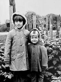 S mladší sestrou v r. 1978
