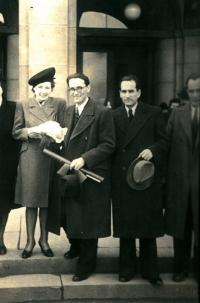 Tatínek a maminka Anny Röschové spolu s tatínkovými bratry u příležitosti tatínkovy promoce v únoru 1946
