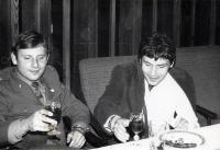 Ludvík Rösch s kamarádem Václavem Paterou na svatbě kamaráda v roce 1979