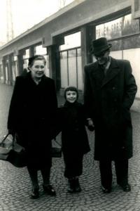 Malá Anna Röschová, dívčím jménem Zítková, s rodiči poprvé v Praze kolem roku 1955