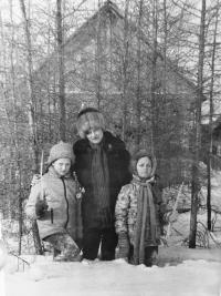 Na procházce Sibiří s maminkou a mladší sestrou, pol. 80. let
