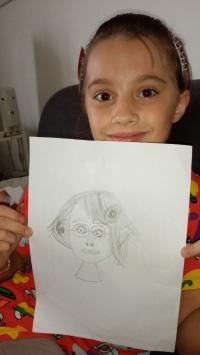 Emma Pedrotti, jedna z autorského týmu Scuola ceca ukazuje obrázek Trudy, který v rámci projektu nakreslila