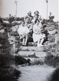Eva jako dítě s rodinou: matka, otec, babička, děda a strýc s manželkou