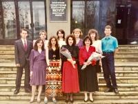 Absolventská fotka z VŠ (1994), Světlana druhá zleva v první řadě