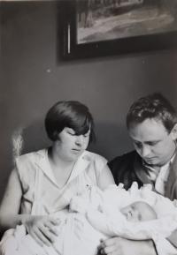 Eva Machková jako batole s matkou a otcem