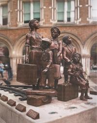 Sousoší dětí znázorňující Kindertransport, památník na nádraží Liverpool Street Station v Londýně