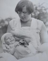 Eva Machková jako batole v náručí své matky