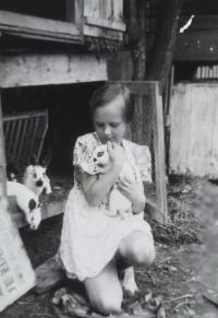 Eva Machková jako dítě s králíky
