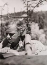 Eva Machková jako dítě při čtení knihy