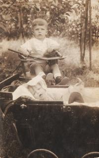 Jiří a jeho sestra Dagmar na Kardášově Řečici, rok 1935