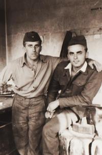 Jiří Lukšíček a jeho kamarád v dílně, vojenská služba u Technických praporů, Olomouc, rok 1961