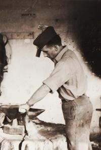 Jiří v dílně u jednotky Technických praporů, Olomouc, rok 1960