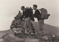 Jiří (Rys) Lukšíček a Jindřich (Vlk) Valenta v Nízkých Tatrách, vrchol Chopok, rok 1962