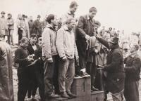 Jiří Lukšíček a jeho kamarád z Jáchymovských lágrů Jiří Bláha (oba vlevo) na stupni vítězů při závodu při Závodu tří řek, rok 1965
