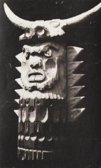 Totem z neoficiálního skautského tábora pořádaného bývalými členy střediska Ostříž v roce 1967