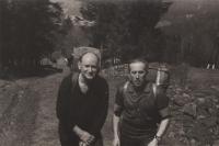 Jiří (Rys) Lukšíček (vpravo) a Jiří (Grizzly) Oktábec při přípravách na neoficiální skautský tábor, květen 1967