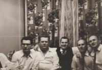 Silvestr roku 1968 u Lukšíčků, zleva: Jindřich (Vlk) Valenta, Oldřich (Hoby) Rottenborn, František (Stopař) Bobek, Jiří (Rys) Lukšíček, Jiří (Grizlly) Oktábec