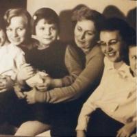 Květa Běhalová vpravo, spolu s manželkami bratrů Běhalových a jejich dcerami. Cca 1958 - 1960