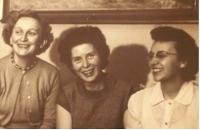 Květa Běhalová vpravo, spolu s manželkami bratrů Běhalových. Cca 1958 - 1960