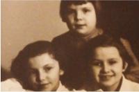 Dcery Květy Běhalové dole. Cca 1958 - 1960