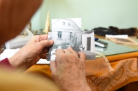 Anna Strelkov si prohlíží fotografii rodného domu