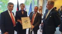 Imrich Donath odovzdáva prezidentke Čaputovej potvrdenie KKL Nemecko o vysadení 18 stromov v Izraeli