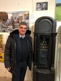 Imrich Donath so schránkou na tóru zo šalianskej synagógy na výstave vo Frankfurte