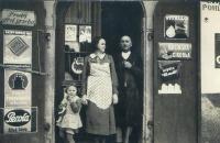 Obchod v Chroustovicích, Eva Hoskovcová s maminkou Annou Marboe a otcem Františkem Jelínkem, cca 1938
