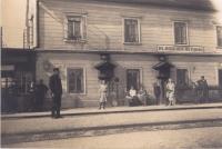 Nádraží Řečany nad Labem, muž vlevo vpředu dědeček Jan Marboe, maminka pod skříňkou stojící