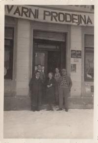 Tovární prodejna, Břehy u Přelouče, otec muž v čepici, maminka stojí za ním