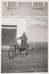 Eva Hoskovcová hledá zboží po jiných obchodech, cca 1943