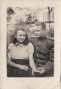 Eva Hoskovcová se sovětským vojákem Alikem, 1945