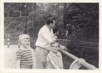 Dcera Markéta a syn Tomáš s manželem Oldřichem Hoskovcem na přehradě, cca 1972