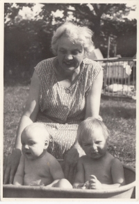 Maminka Anna Marboe s vnoučaty Markétou a Tomášem, cca 1964