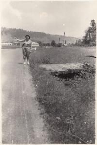 Eva Hoskovcová na cestě stopem z Liberce na východní Slovensko, cca 1955